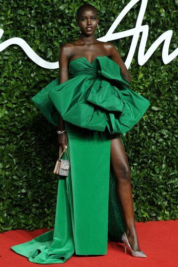 """Elue """"Mannequin de l'année"""" aux Fashion Awards, Adut Akech a foulé le tapis rouge dans une longue robe verte signée Valentino Haute Couture. Londres, le 2 décembre 2019."""
