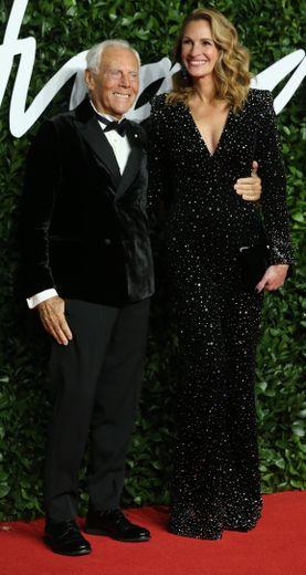 Aux bras de Giorgio Armani, Julia Roberts ne pouvait que porter une tenue Armani, en l'occurrence une éblouissante combinaison pantalon aux détails scintillants. Londres, le 2 décembre 2019.
