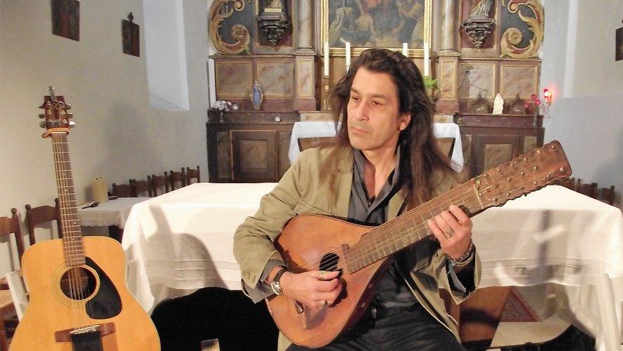 Xinarca s'est accompagné de son cistre à 16 cordes, veux de plus de 200 ans.