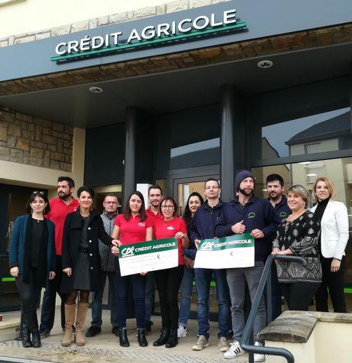 Représentants des comités des fêtes de Montrozier et Vimenet, entourés des ambassadrices du Fonds d'investissement et de la directrice du Crédit Agricole de Laissac.