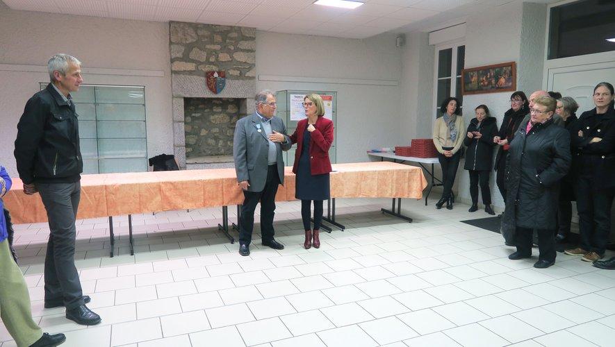Robert Saurel reçoit la médaille du tourisme pour ses 20 ans de bénévolat dans le tourisme.