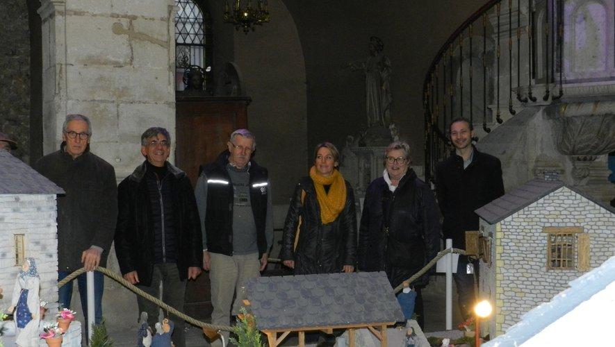 Les élus et les représentants de l'association CAP Solidarité devant le village exposé dans l'église Saint-Joseph.