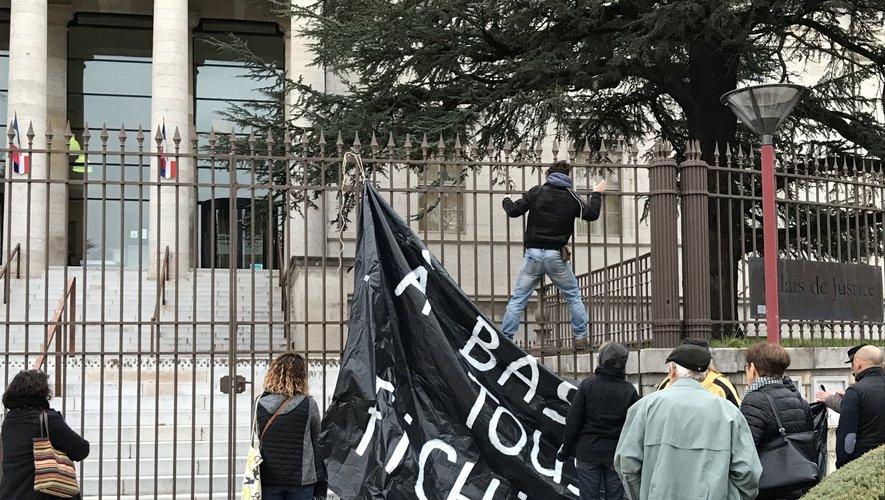 Militants et Faucheurs volontaires se sont retrouvés devant le tribunal ce mercredi 4 décembre.