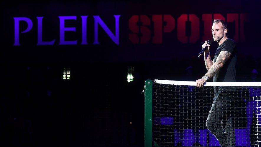 Le créateur Philipp Plein prend la parole lors du défilé Plein Sport de juin 2018