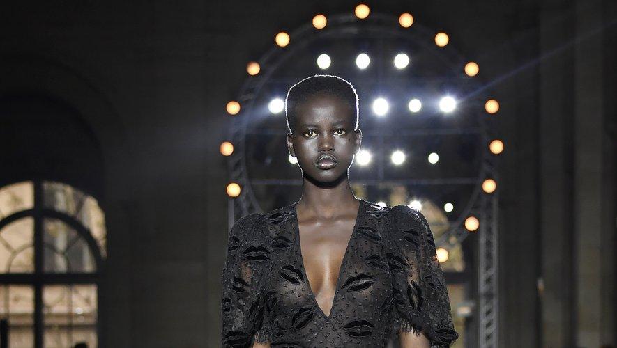 Un an après ses débuts, Adut Akech est sollicitée par les plus grandes maisons comme Givenchy ici qui lui permet de défiler à nouveau à Paris. Le 1er octobre 2017.