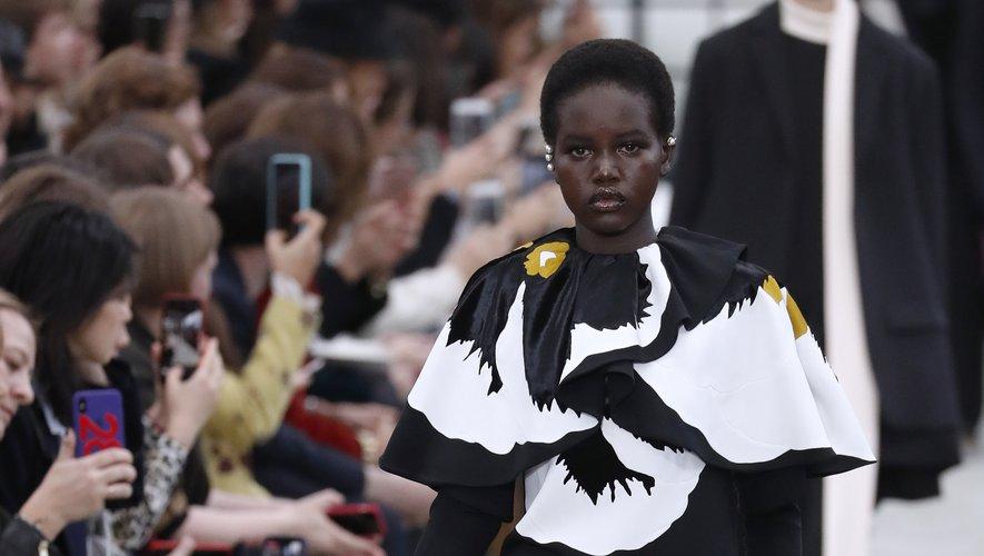 La même saison, Adut Akech ouvre le défilé Valentino, une consécration. La jeune femme défile aujourd'hui régulièrement pour la maison. Paris, le 4 mars 2018.