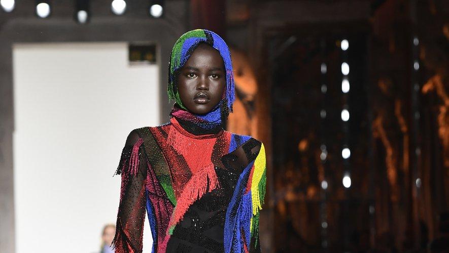Pour la saison automne-hiver 2018-2019, Adut Akech devient l'une des tops les plus convoitées de la planète. Versace l'invite à défiler à Milan aux côtés de Gigi Hadid, Anja Rubik, Natalia Vodianova, ou encore Birgit Kos. Milan, le 23 février 2018