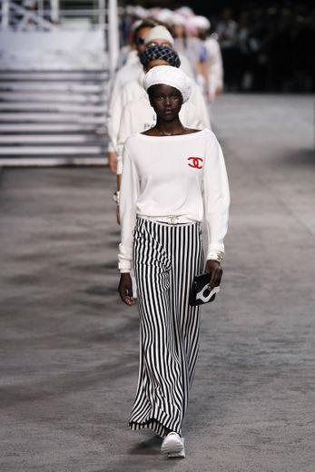L'ascension se poursuit pour Adut Akech qui ouvre le défilé Croisière de la maison Chanel au Grand Palais. La beauté australo-soudanaise ne sait pas encore qu'elle va entrer dans l'histoire de la maison française. Paris, le 3 mai 2018.