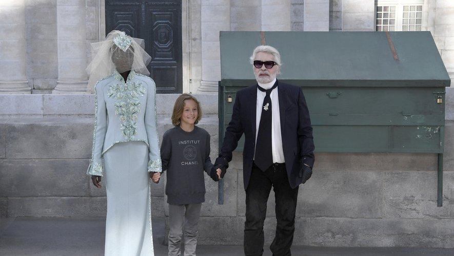 Karl Lagerfeld choisit Adut Akech pour clôturer le défilé haute couture de Chanel pour la saison automne-hiver 2018. Elle devient la seconde top soudanaise à incarner la mariée de la maison française après Alek Wek. Paris, le 3 juillet 2018.