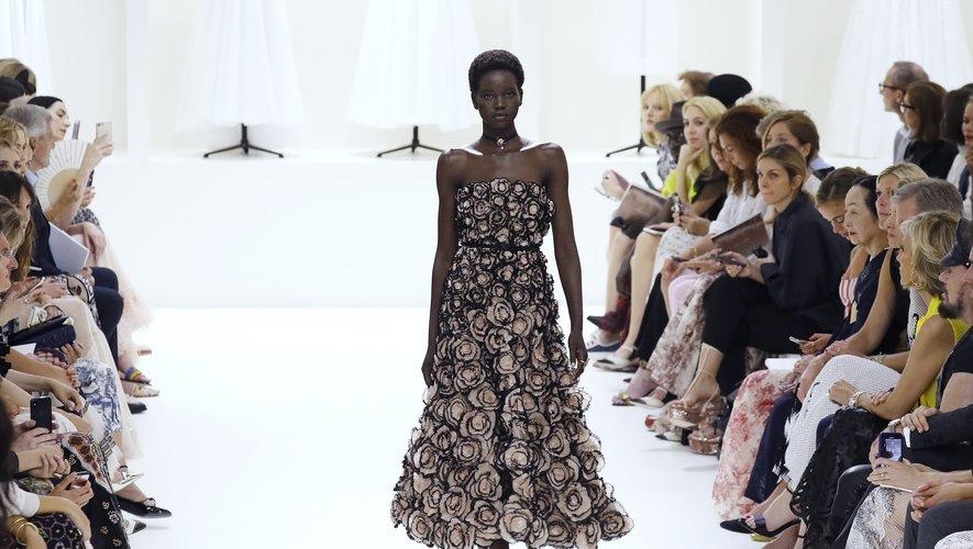Adut Akech ne se contente pas de mettre en lumière les collections de prêt-à-porter, elle participe aussi activement aux défilés haute couture, comme ici chez Dior pour la saison automne-hiver 2018-2019. Paris, le 2 juillet 2018.