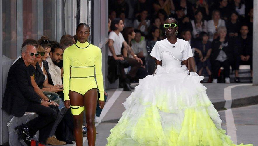 En mannequin aguerri, Adut Akech apparaît plus décontractée que jamais lors du défilés Off-White printemps-été 2019 pour lequel elle porte une imposante jupe blanche et jaune fluo. Paris, le 27 septembre 2018.