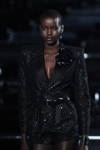 """Trois ans après ses débuts pour Saint Laurent, Adut Akech défile toujours pour la maison française; et ce régulièrement. Près de trois mois plus tard, elle sera élue """"Mannequin de l'année"""" lors des Fashion Awards 2019. Paris, le 24 septembre 2019"""