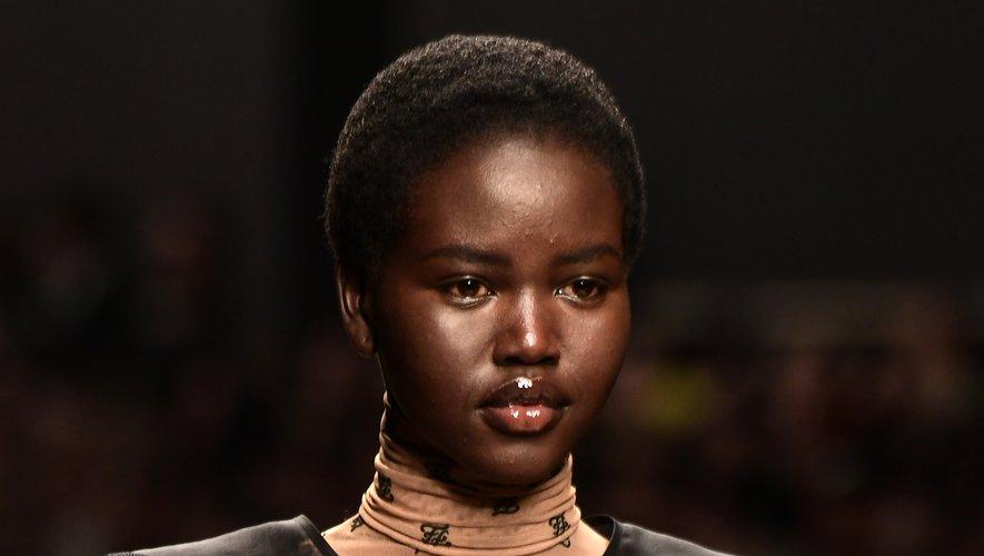 Pour la saison automne-hiver 2019, Adut Akech enchaîne les défilés dans les quatre capitales de la mode dont un show exceptionnel pour Fendi. Milan, le 21 février 2019.