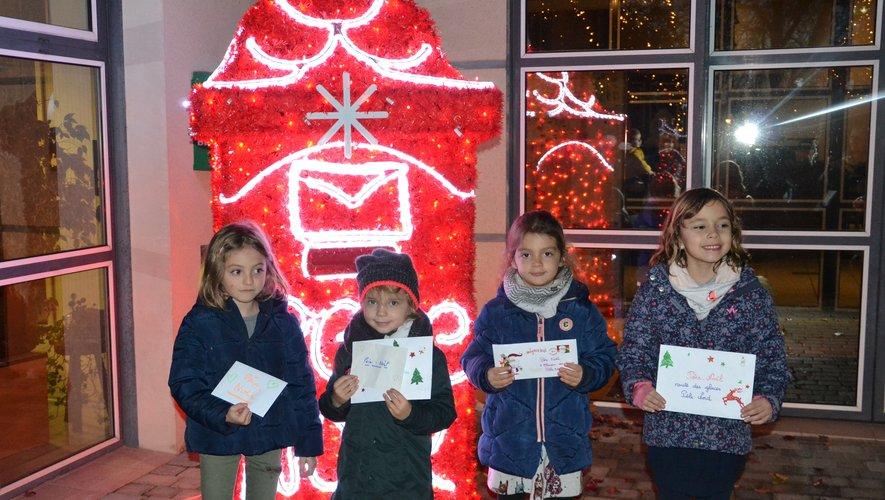 Léane,Ella,Cassandre et Lou ont été les premières à déposer leur lettre dans la boîte du Père Noël.
