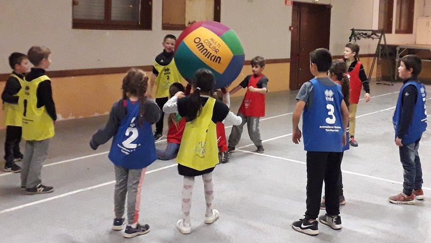 Le gros ballon coloré mobilise l'attention et le regard des chères « têtes blondes ».