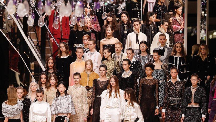 Chanel a célébré mercredi soir les métiers d'art à Paris lors d'un défilé intimiste dans un décor imaginé par Sofia Coppola et reproduisant l'appartement de Coco Chanel.