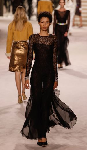 Les robes en dentelle brodée et transparence allongent la silhouette des mannequins. Paris, le 4 décembre 2019.
