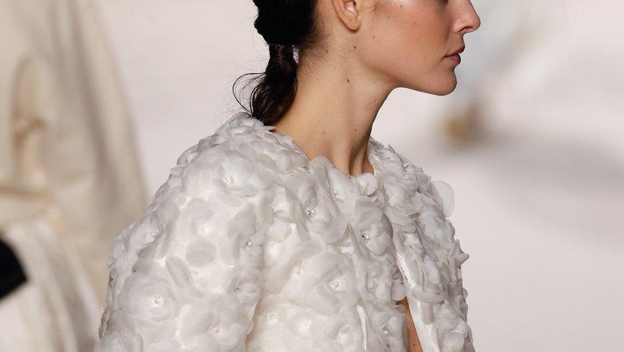 """Coiffure effet mouillé du mannequin Vittoria Ceretti  au défilé Chanel """"Metiers d'art 2019-2020"""" du Grand Palais, le 4 décembre 2019 à Paris."""