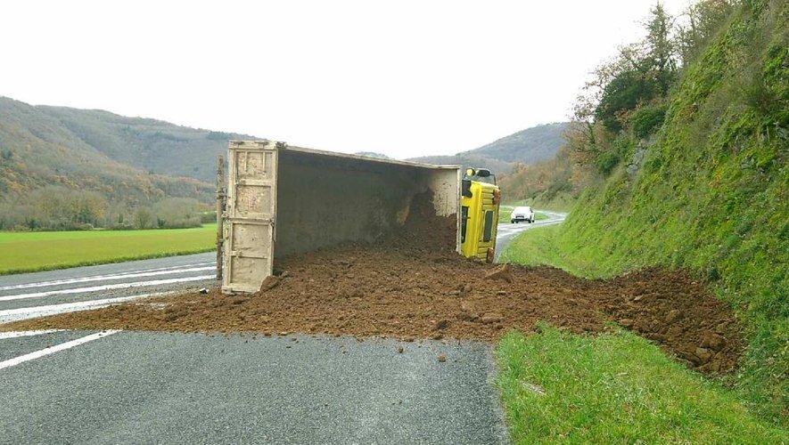 La route a été fermée pour relever le camion et déblayer la terre.