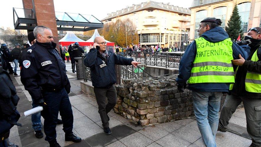 """Des heurts ont éclaté entre """"gilets jaunes"""" et forces de l'ordre devant l'hôtel de ville."""