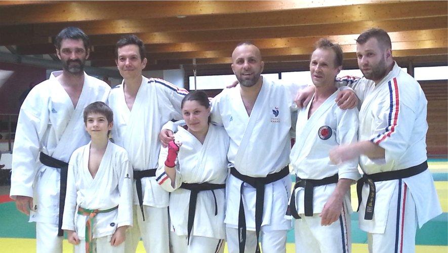 Thierry Douls (à gauche) en compagnie des ceintures noires du club.de Rieupeyroux.
