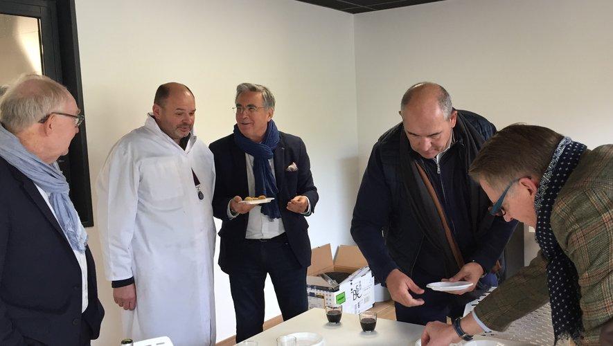 Le président du département, Jean-François Galliard, en compagnie du binôme de conseillers départementaux du secteur, Michèle Buessinger et Christian Tieulié, du maire de Flagnac et des deux patrons d'Aligot Express : Fabrice Carrier et Christian Valette.