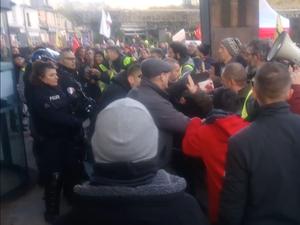 Les esprits se sont échauffés, ce jeudi 5 décembre, aux abords de la mairie de Rodez.