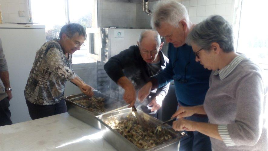 Aînés : la soupe au fromage a régalé les convives en attendant les galettes