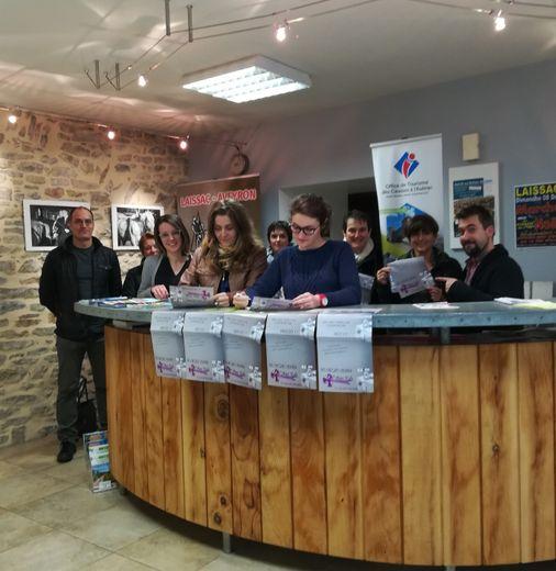 Les conseillères de l'Office de Tourisme s'entraînent devant les représentants de l'Ucal (Union des commerçants et artisans laissagais)