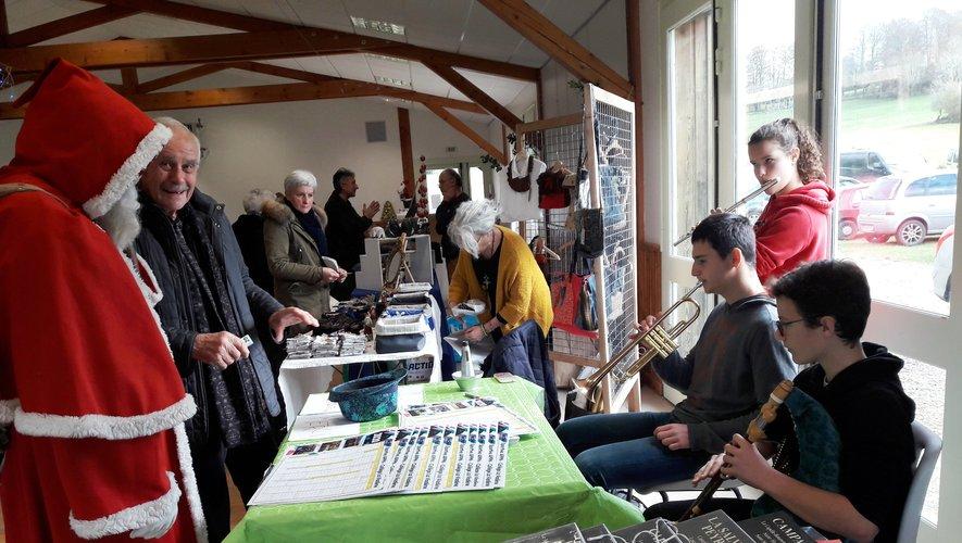 """Sitôt murmuré à l'oreille du Père Noël , sitôt exaucé ... les jeunes musiciens ont joué """"Lou Masuc"""" pour le plus grand bonheur d'André Valadier"""