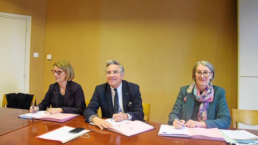 Annie Cazard, Jean-François Galliard et Aline Comeau paraphent le nouveau contrat.