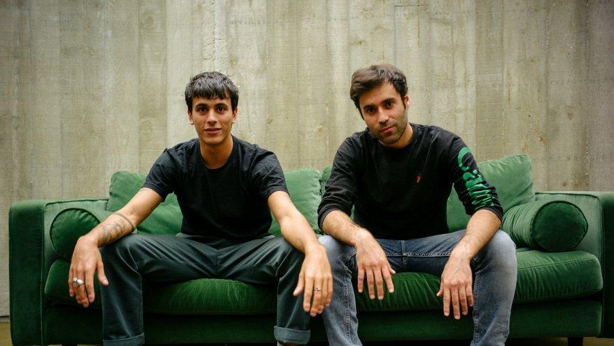 Neels Castillon, ici à droite, avec le chorégraphe et danseur Léo Walk lors du tournage du clip Jalousie d'Angèle, au siège du PC à Paris.Repro