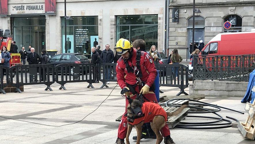 Le sapeur-pompier et son chien sont descendus en rappel depuis le toit de la mairie de Rodez.