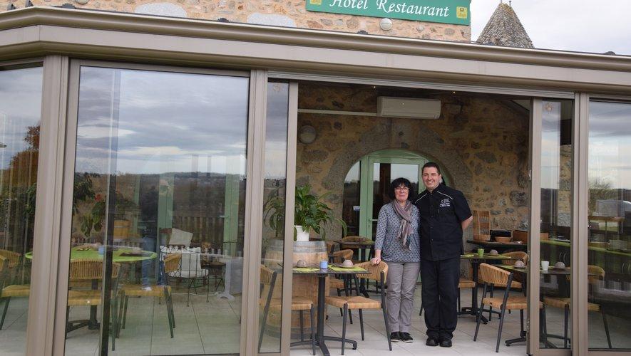 Christine et Sébastien Balard dans leur véranda (chauffé l'hiver) utilisé à la fois pour les petits-déjeuners des clients de l'hôtel, mais également pour les repas.