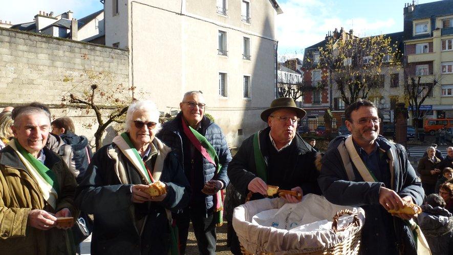 """Les """"bayles"""" distribuent la fouace à la sortie de la messe dominicale."""