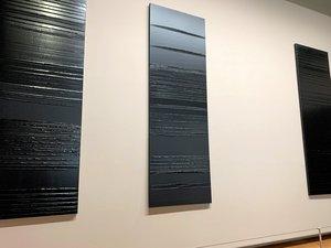 Pierre Soulages a choisi d'exposer au Louvre des toiles en provenance de Saint-Etienne, Rodez, Montpellier, Lyon et Paris.