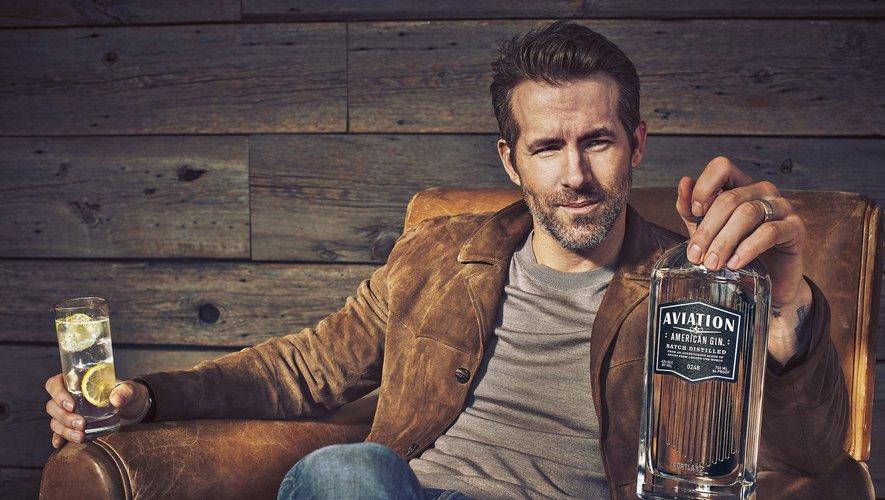 Ryan Reynolds a enflammé internet en se moquant dans une pub de Noël pour sa marque de gin.