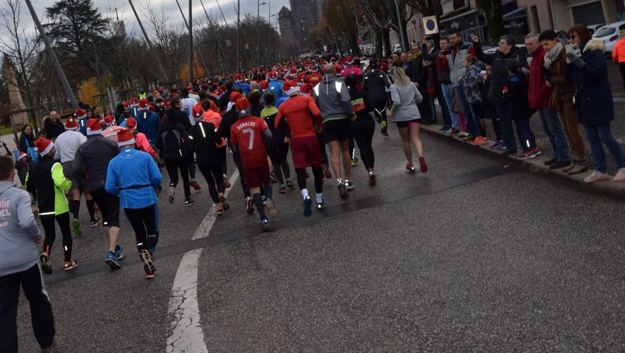 Les 600  participants à l'épreuve reine des 8 km partent à l'assaut de la ville.