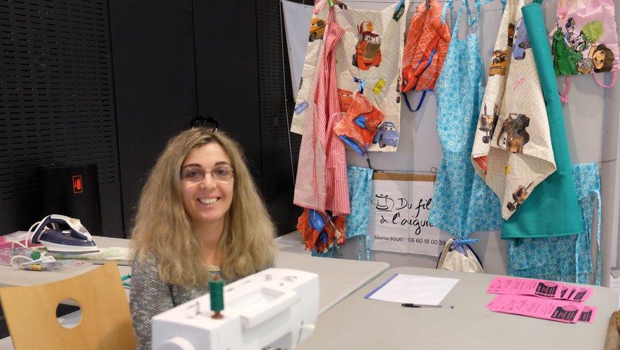 Séverine, affiliée aux Répar'acteurs de la Chambre de métiers coud et répare les vêtements.