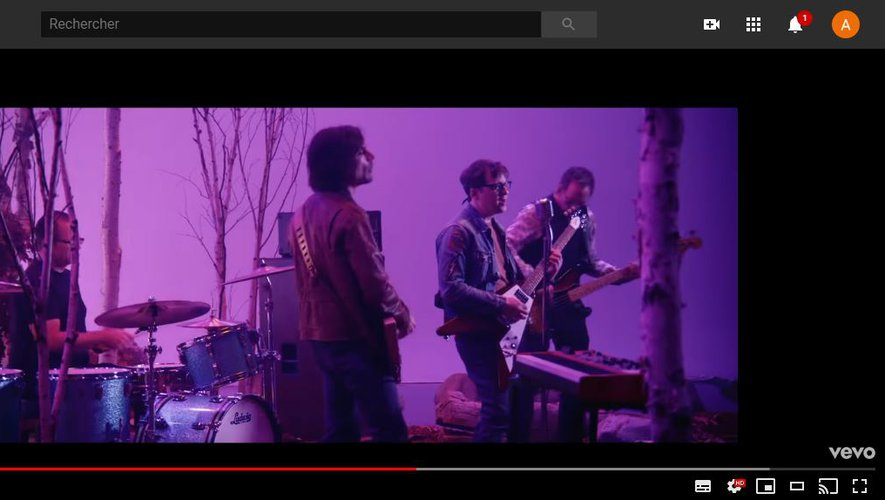 "Weezer dans son nouveau clip ""Lost in the Woods""."