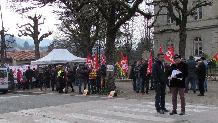 Samedi le collectif CGT des privés d'emploi a manifesté devant la mairie.