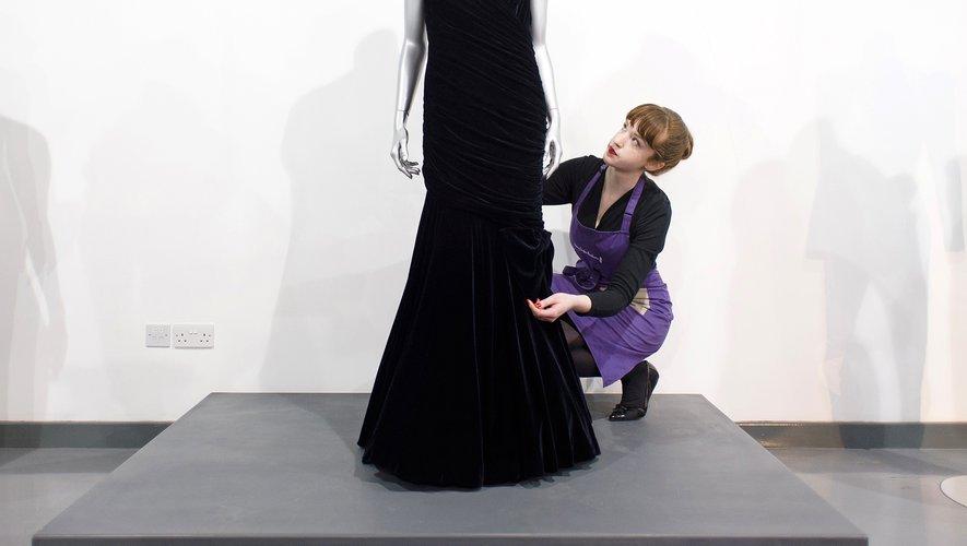 Lady Di avait porté cette robe longue en velours bleu nuit et aux épaules dénudées à l'occasion d'un dîner donné en 1985 par le président américain Ronald Reagan