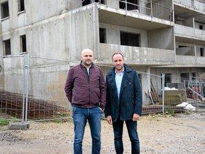 Les deux associés Richard Cayssials et Julien Costes, il y a quelques semaines, devant le projet situé à la Crouzette à Olemps.