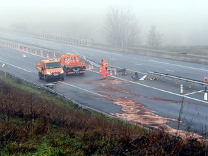 L'accident entre poids-lours avait en outre fracassé les glissières de sécurité sur la RN88.
