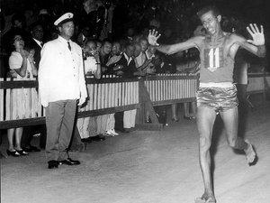 Abebe Bikila,  lors du marathon olympique de 1960.