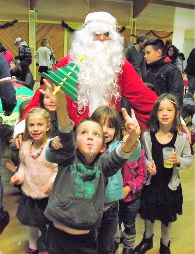 L'incontournable Père Noël rendra bien sur visite aux enfants.