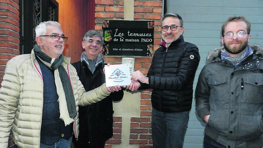 La plaque « Chambre d'hôtes référence », remise à Pierre Marty et Thierry Combettes.