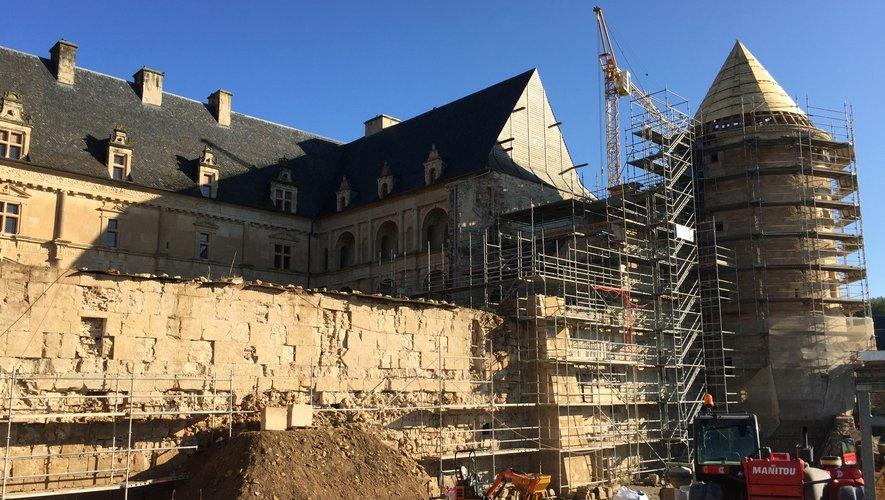 En octobre 2016, débutait le chantier de l'aile du château, aujourd'hui presque terminée. L'auditorium, quant à lui, se trouve derrière le mur au premier plan, à l'abri des regards.