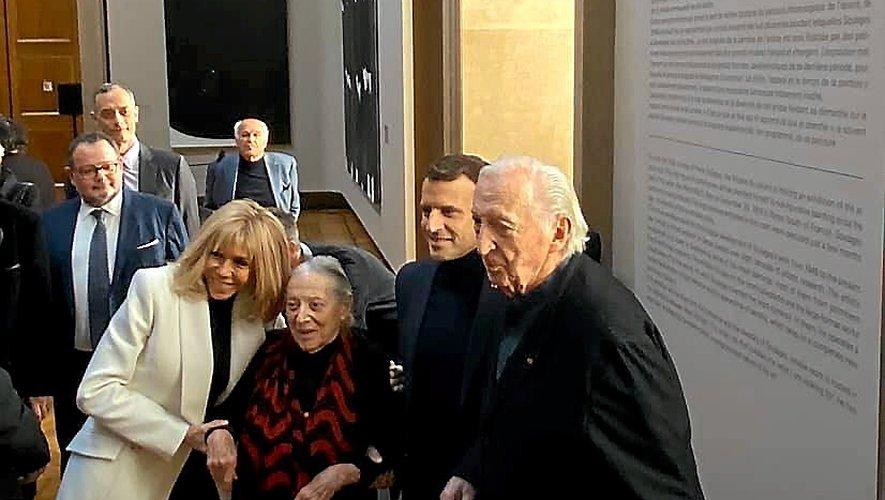 Le maître de l'outenoir et son épouse Colette posent avec le couple présidentiel Emmanuel et Brigitte Macron.