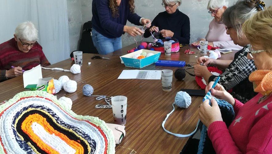 Le mois dernier, les participantes ont réalisé des tapis de douche en découpant de vieux tee-shirts de l'espace Eco'fringues.